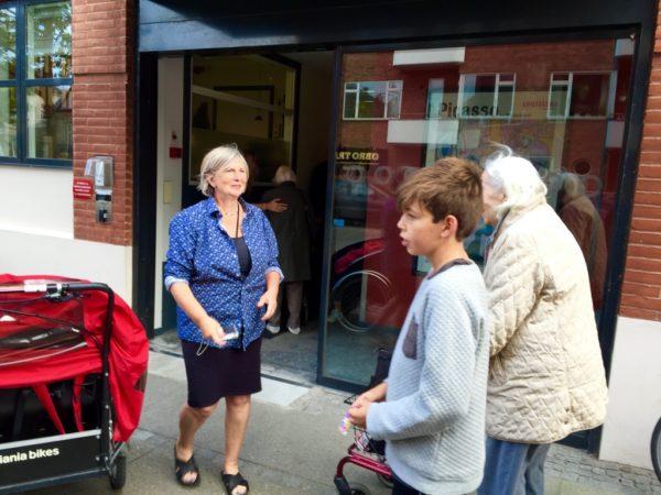 Social- og sundhedsassistent Monica Pedersen og kollegerne stod for en varm velkomst tilbage fra turen.